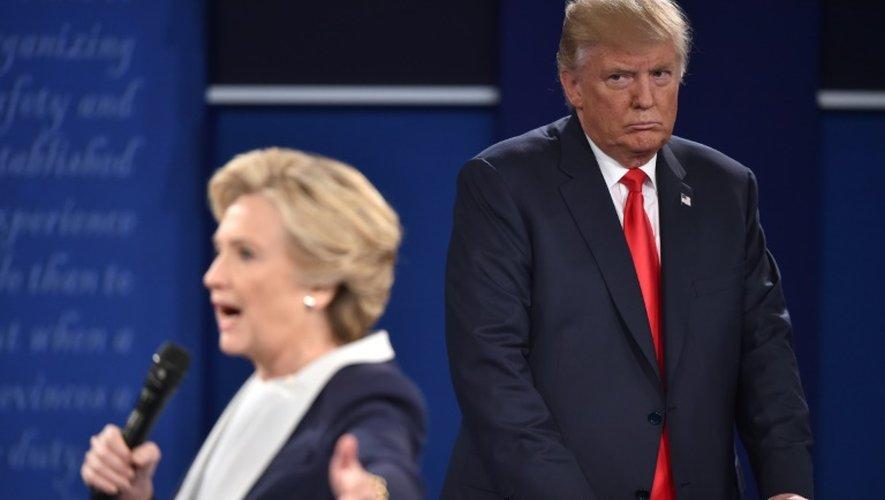 Hillary Clinton et Donald Trump lors du 2ème débat télévisé le 9 octobre 2016 à St. Louis dans le  Missouri