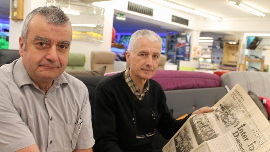 Raymond Sonilhac et Claude Neyrolles, assis au sous-sol, là où tout a commencé pour œuvrer depuis 40 ans à «ID»: «C'est bien la première fois que l'on se retrouve assis à côté sur un canapé!» Avec en prime, un article évoquant leur aventure dans notre quotidien en date du 7-8décembre 1984.