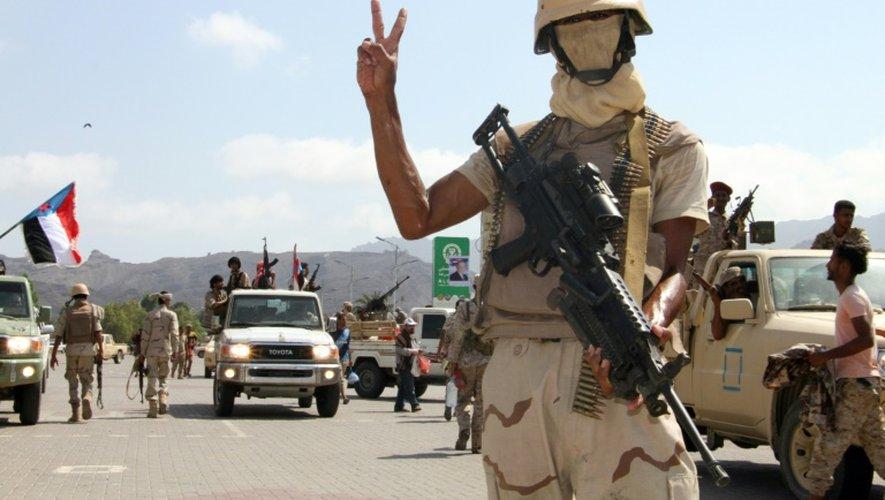 Un combattant yémenite loyal aux forces gouvernementales dans les rues d'Aden le 13 octobre 2016