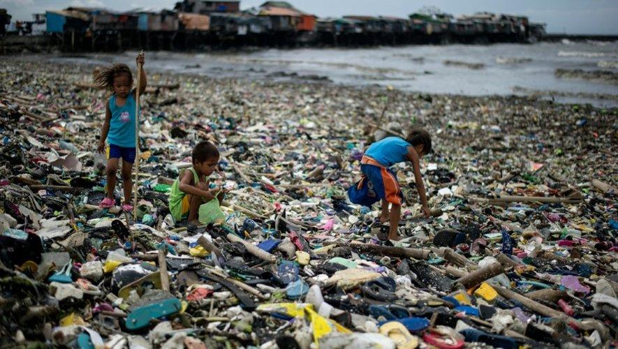 Des bouteilles en plastique sur une plage de Tondo, dans la baie de Manille, après le passage du typhon Haima, le 20 octobre 2016