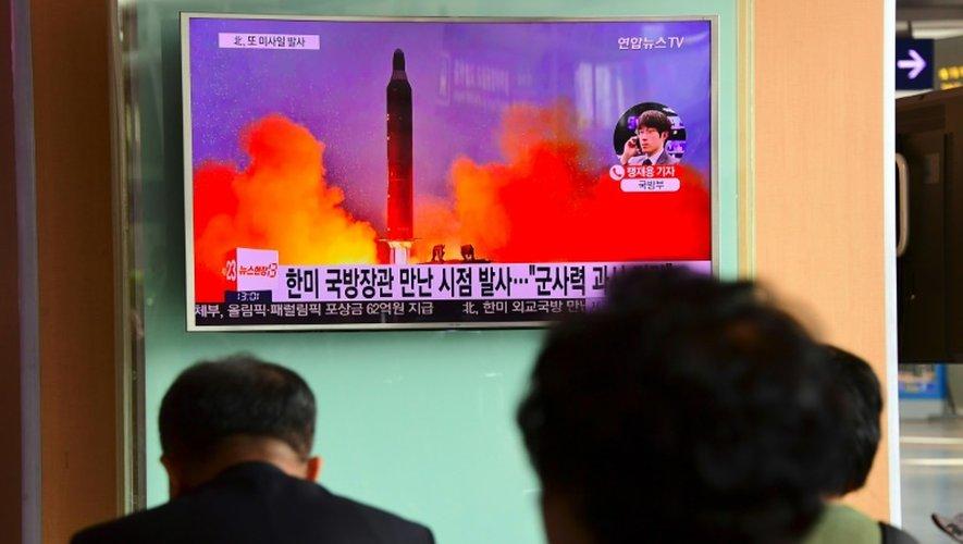 Une télévision à Séoul diffuse des images d'archives du lancement d'un missile en Corée du Nord, le 20 octobre 2016