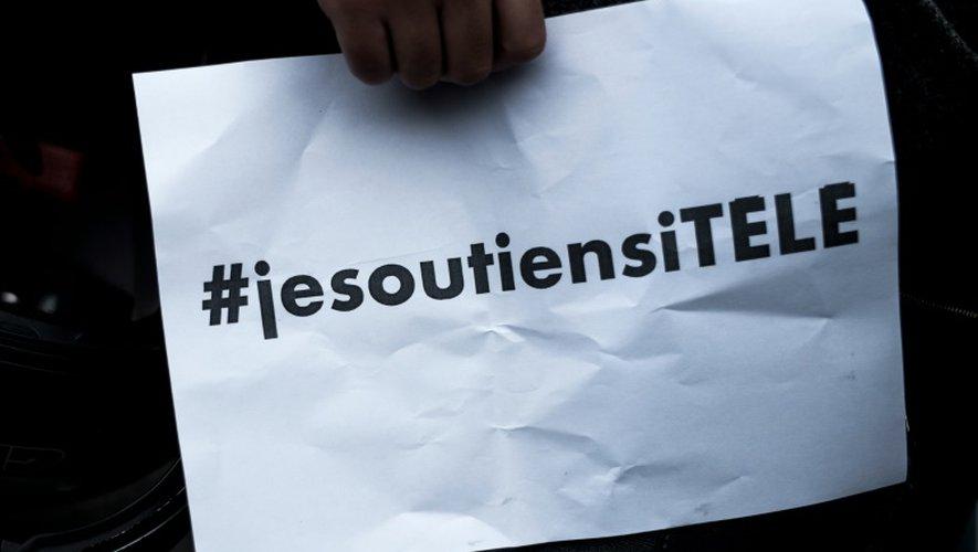 Un manifestant devant le siège d'iTELE, le 19 octobre 2016 à Boulogne-Billancourt près de Paris