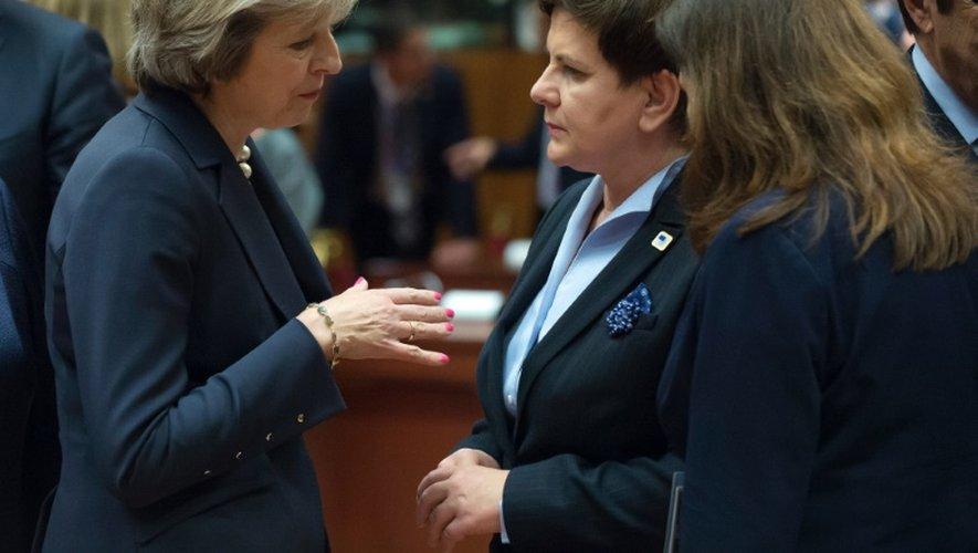 Les Premières ministres britannique Theresa May et polonaise Beata Szydlo pendant le sommet européen à Bruxelles le 20 octobre 2016