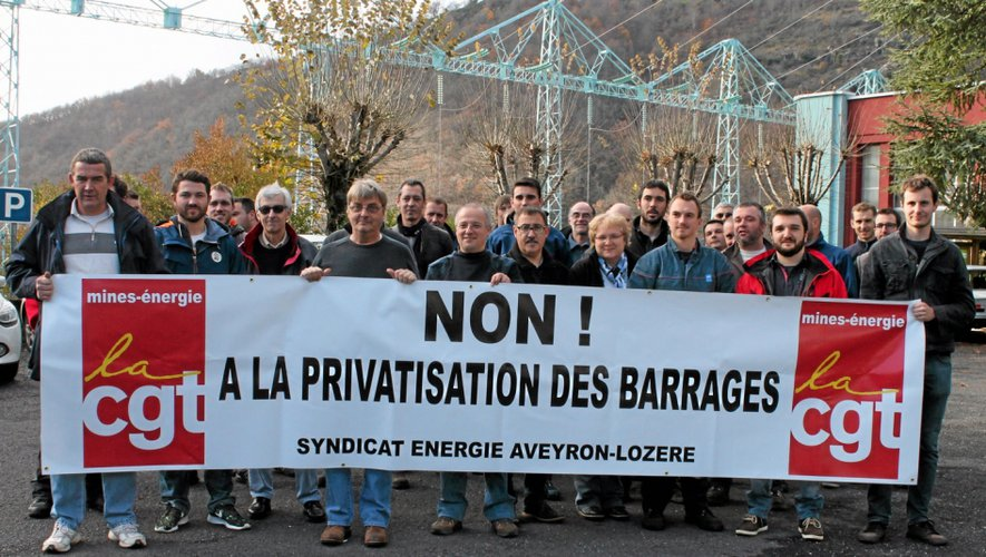 Une trentaine de salariés du groupement hydraulique EDF Lot-Truyère (Mur-de-Barrez, Entraygues, Montézic, Aurillac et Brommat) ont fait grève devant l'usine de Brommat.