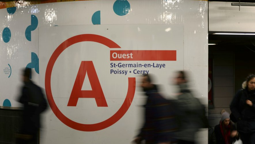 """Trafic """"fortement perturbé""""  sur la ligne A du RER, la plus fréquentée d'Europe, par une grève à l'appel de quatre syndicats qui dénoncent des manquements à la sécurité lors de la découverte de colis suspects"""