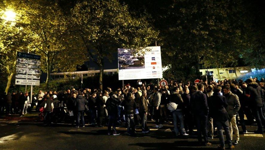 Des policiers réunis devant le commissariat d'Evry (Essonne) le 18 octobre 2016 pour exprimer leur ras-le-bol après l'agression de leurs collègues à Viry-Châtillon