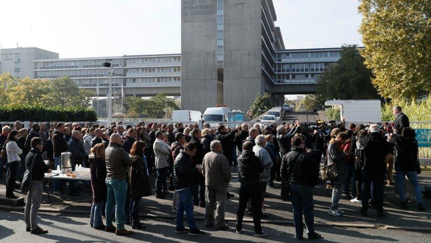 Des policiers réunis devant le commissariat d'Evry (Essonne) le 11 octobre 2016 après l'agression de quatre de leurs collègues à Viry-Châtillon