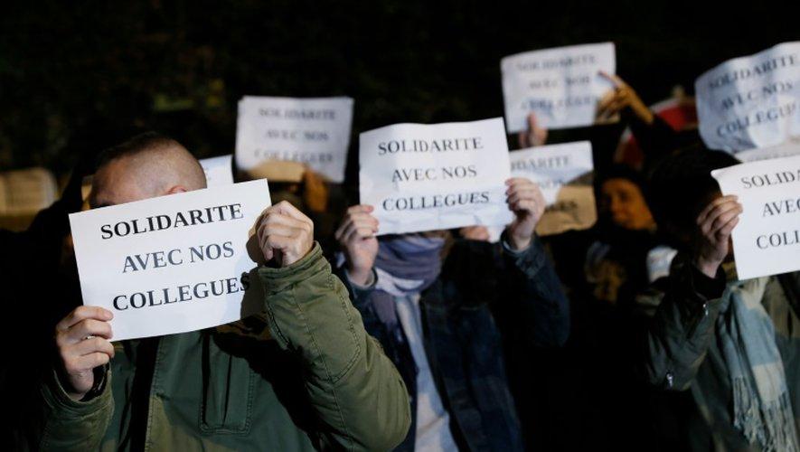 Des policiers manifestent devant le commissariat d'Evry (Essonne) le 18 octobre 2016 pour exprimer leur ras-le-bol après l'agression de leurs collègues à Viry-Châtillon