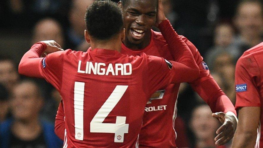 La joie de Paul Pogba, félicité par Jesse Lingard, après un but pour Manchester United, face à Fenerbahçe en Europa League, le 20 octobre 2016 à Old Trafford