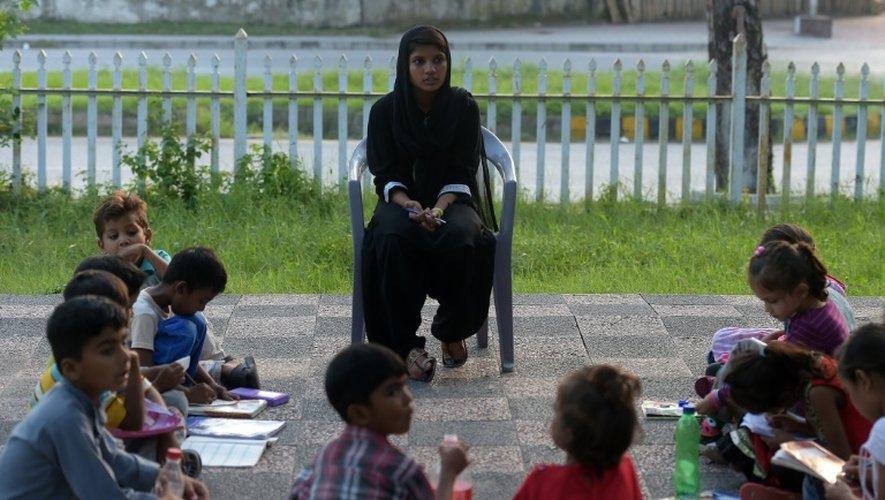 Hina Shahbaz, étudiante de 17 ans, guide la leçon à l'école en plein air de maître Ayub, le 30 août 2016 à Islamabad