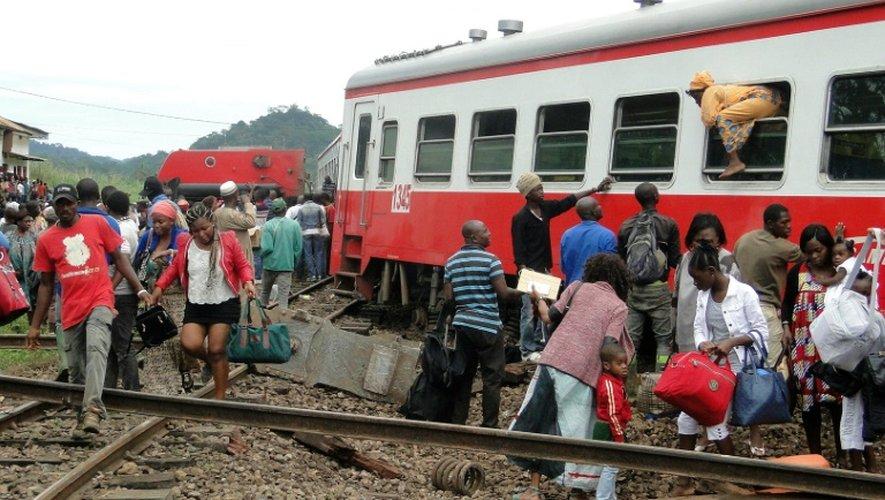 Des passagers sortent par les fenêtres d'un train qui a déraillé à Eseka, le 21 octobre 2016 au Cameroun