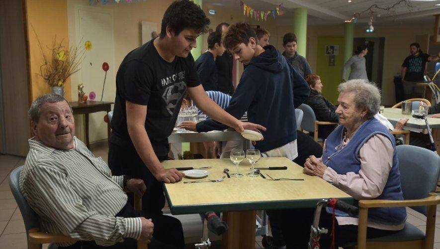 Des adolescents et des patients atteints de la maladie d'Alzheimer à Saint-Quirin, dans l'est, le 18 octobre 2016