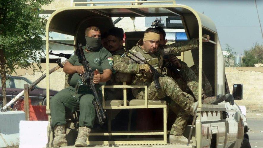 Des forces de sécurité irako-kurdes patrouillent dans la banlieue est de Kirkouk, le 22 octobre 2016 pour chasser les jihadistes