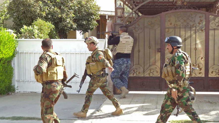 Policiers irakiens et forces de sécurité kurdes patrouillent dans les rues de la banlieue sud de Kirkouk le 22 octobre 2016