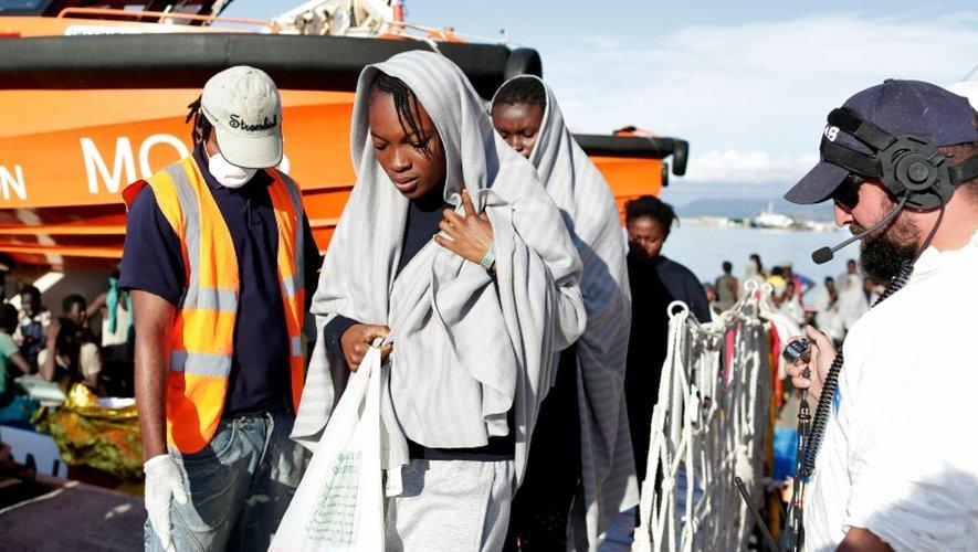 Photo prise et fournie par la Croix-Rouge italienne, le 22 octobre 2016, montrant des migrants arrivant à Vibo Marina (Italie) après une vaste opération de sauvetage en Méditerranée