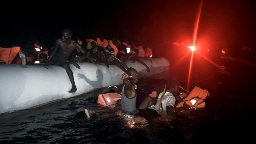 Des migrants en attente d'être secourus en mer Méditerranée au large de la Libye, le 12 octobre 2016
