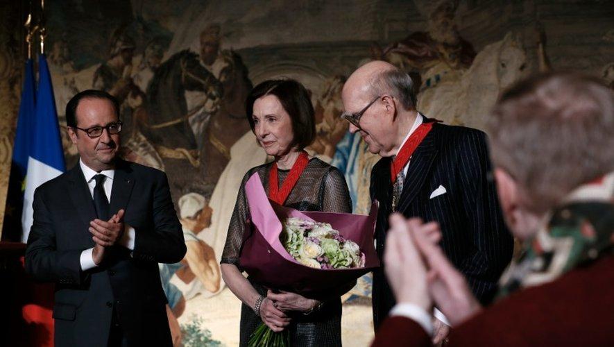 Le couple de collectionneurs Marlene (c) et Spencer (d) Hays en compagnie de François Hollande (g), samedi 22 octobre 2016 à l'Elysée