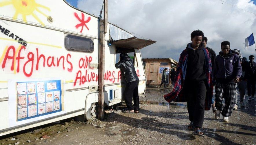 """Des migrants au campement la """"Jungle"""" de Calais, le 22 octobre 2016"""
