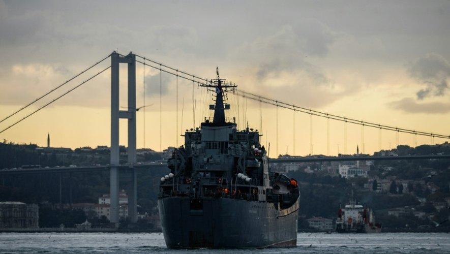 """Le navire de guerre russe """"Nikolaï Filchenkov"""" s'apprête à traverser le Bosphore, le 18 octobre 2016, à Istanbul, en Turquie"""