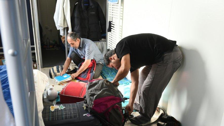 Des migrants de la Jungle de Calais préparent leurs affaires, le 23 octobre 2016 la veille du démantèlement du campement