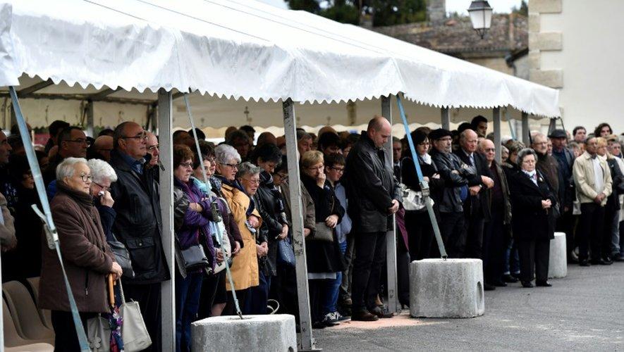 Les familles des victimes de l'accident de car de Puissegin, rendent hommage aux morts le 23 octobre 2016 à Petit-Palais-et-Cornemps, un an après le drame
