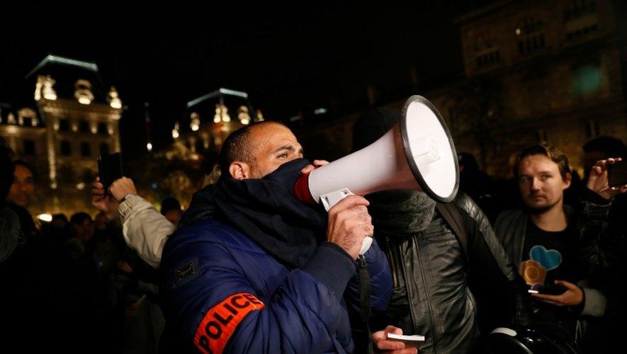 Rassemblement de policiers la nuit à Paris, le 21 october 2016.