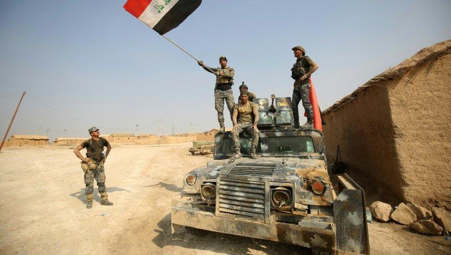 Les forces irakiennes à l'entrée du village d'al-Khuwayn, au sud de Mossoul, le 23 octobre 2016