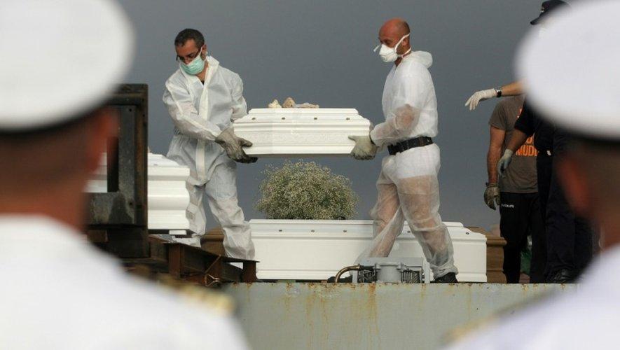 Des hommes transportent un cercueil hors du patrouilleur Libra à Porto Empedocle, le 15 octobre 2013