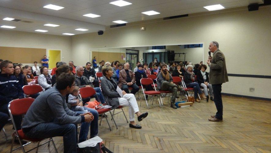Le maire Vincent Alazard présente le village de Laguiole aux nouveaux résidents.