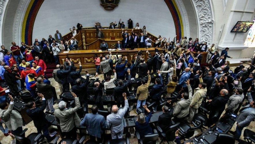 Vote des députés lors d'une session extraordinire du Parlement, le 25 octobre 2016 à Caracas