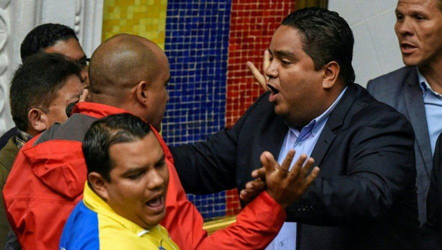 Face à face tendu entre députés de l'opposition et de la majorité, le 25 octobre 2016 à Caracas