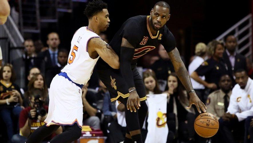 La star des Cavaliers LeBron James (d) face aux New York Knicks, le 25 octobre 2016 à Cleveland