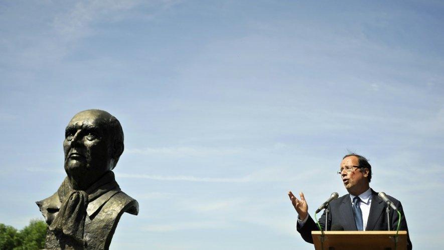 François Hollande devant une statue de François Mitterrand lors d'un discours prononcé le 10 mai 2011 à Chateau-Chinon à l'occasion du 30ème anniversaire de son élection