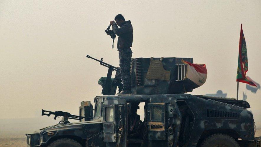Un soldat des forces armées irakiennes debout sur son véhicule tient une position à Al-Choura, au sud de Mossoul, le 24 octobre 2016
