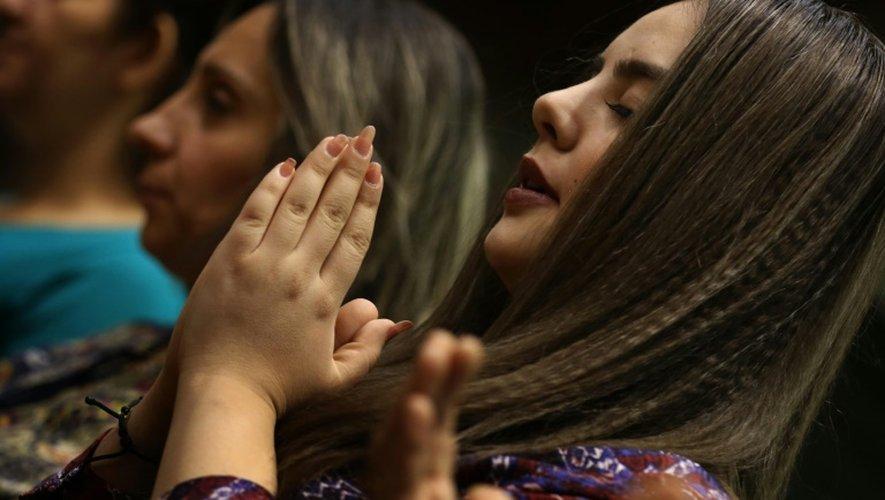 Des chrétiens en Irak prient à l'église de la Mère de la Miséricorde à Erbil, capitale de la région autonome kurde, dans le nord du pays, le 25 octobre 2015.