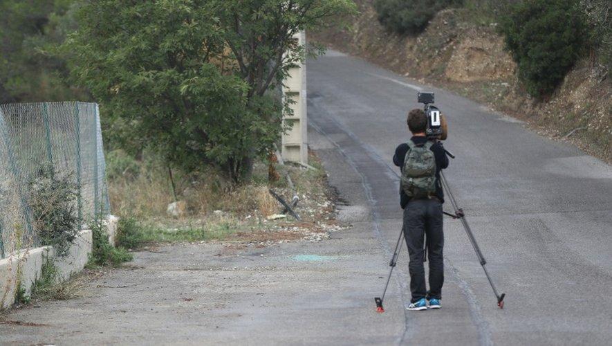 Un cameraman filme le site où a été retrouvée saine et sauve  Jacqueline Veyrac, la propriétaire d'un hôtel cinq étoiles de Cannes enlevée près de chez elle, le 26 octobre 2016 à Nice