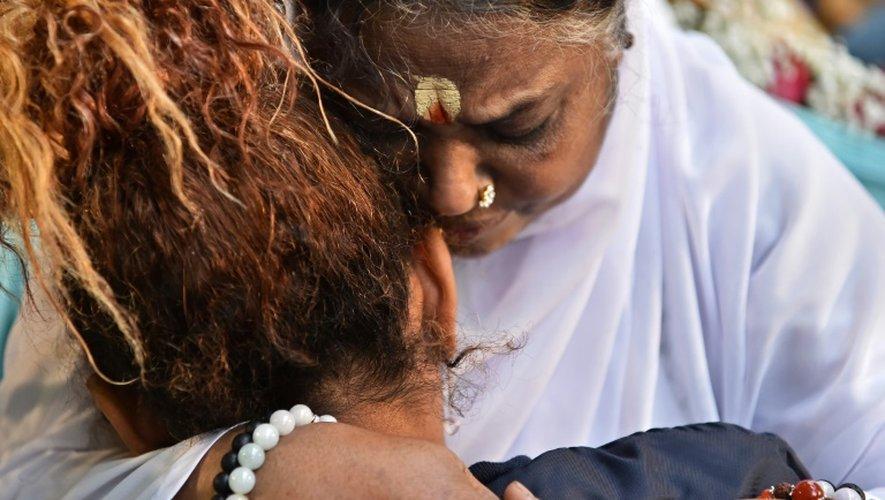 La gourou indienne Mata Amritanandamayi (c), étreint une participante, lors du grand rassemblement organisé en son honneur à Paris le 26 octobre  2016