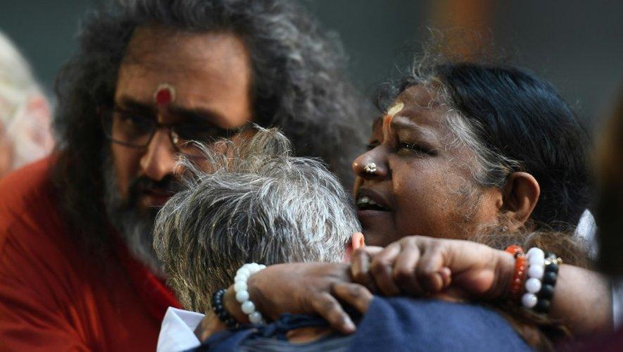 """La gourou indienne Mata Amritanandamayi (d),""""Amma"""" étreint une des participantes venue au rassemblement à Paris en son honneur, le 26 octobre 2016"""