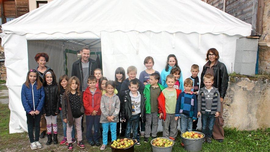 Les enfants de l'école de Salles-la-Source en visite à l'atelier de pasteurisation.