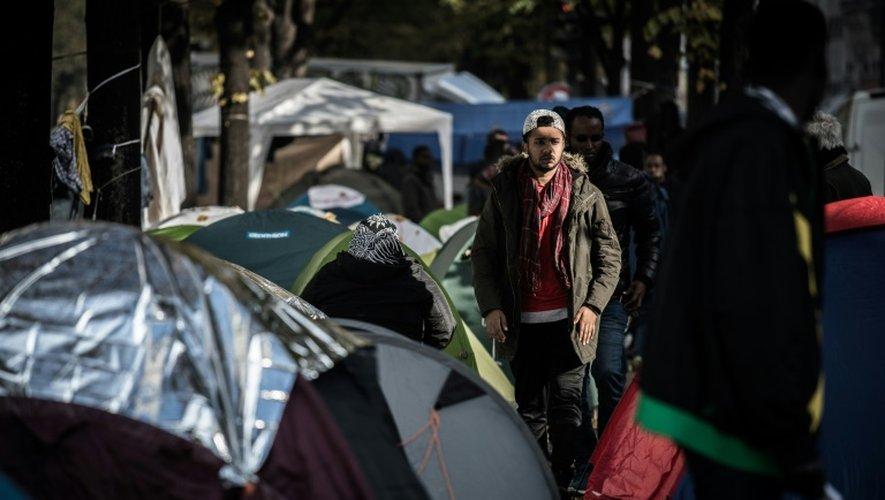 Des migrants dans des tentes igloo qui se multiplient le 27 octobre 2016 à Paris