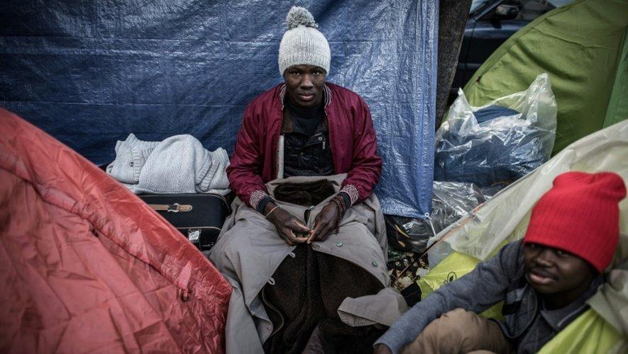 Des migrants installés dans des tentes igloo qui se multiplient le 27 octobre 2016 à Paris