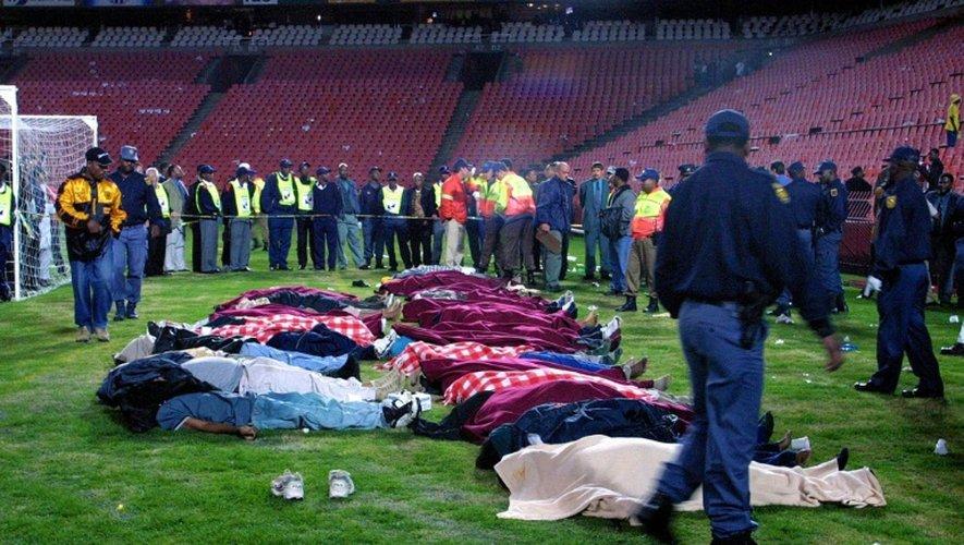 Le 12 avril 2001, des victimes d'une bousculade mortelle sur la pelouse de l'Ellis Park de Johannesburg