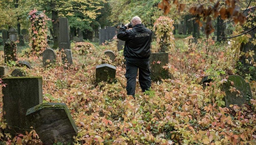"""Willi Gabler, un """"chasseur des fantômes"""" sur le cimetière central de Vienne, le 20 octobre 2016"""