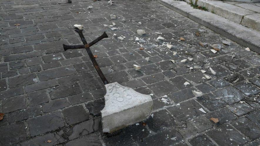 Une croix tombée pendant le séisme à Visso, dans le centre de l'Italie, le 27 octobre 2016