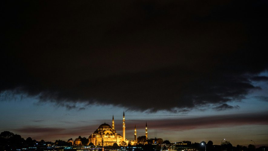 Vue en date du 25 octobre 2016 de la mosquée Suleymaniye illuminée à Istanbul
