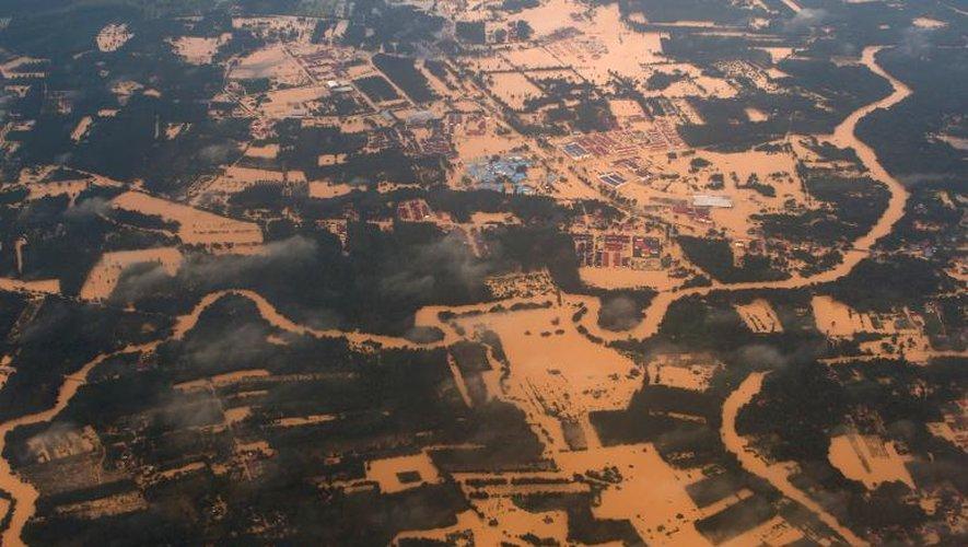 Vue aérienne des inondations à Pengkalan Chepa, en Malaisie, le 27 décembre 2014