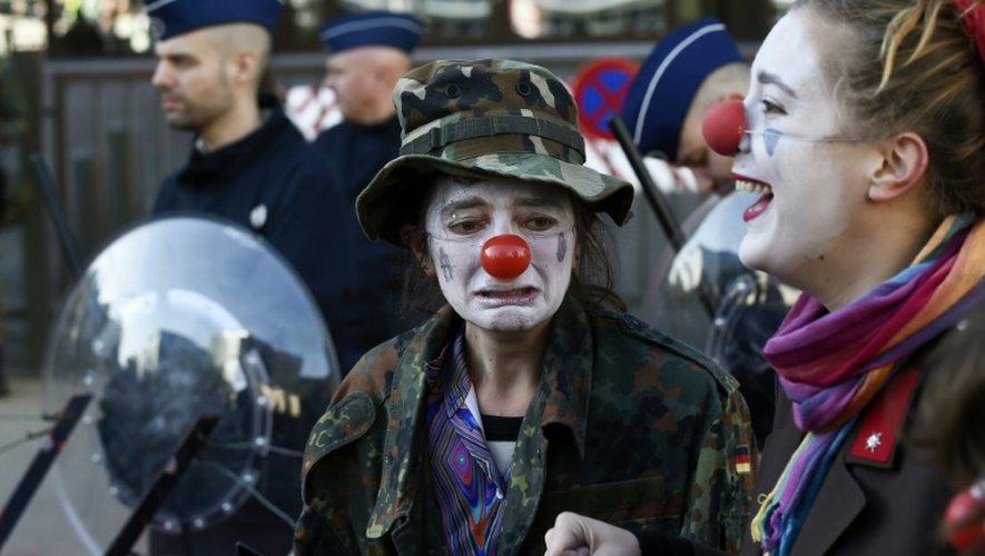 Des manifestants arborant des nez de clowns protestent avant la signature du CETA à Bruxelles, le 30 octobre 2016
