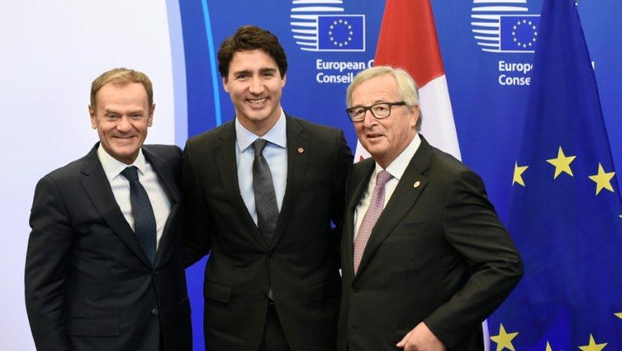 Le président du Conseil européen Donald Tusk (g), le Premier ministre canadien Justin Trudeau (C) et le président de la Commission européenne JC Juncker, lors d'une rencontre sur le CETA à Bruxelles le 30 octobre 2015