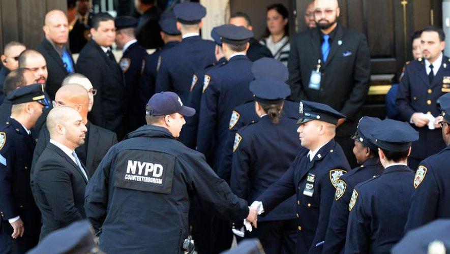 Etats-Unis: des milliers de policiers aux obsèques d'un des leurs à New York