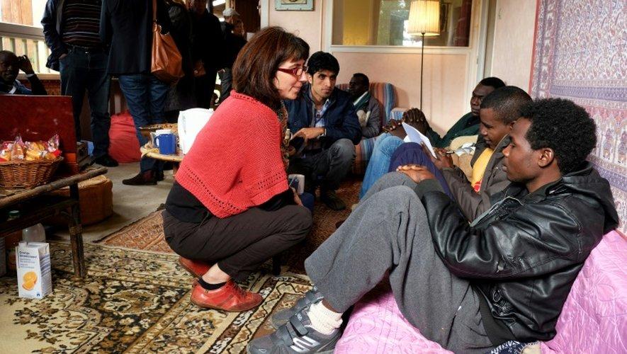 L'assistance sociale Stéphanie Roger s'adresse aux migrants qui viennent d'arriver à Bruniquel, le 27 octobre 2016